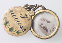 "Commemorative ""I Accuse"" locket © Collection musée de Bretagne, Rennes"